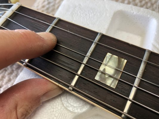 Flat and worn frets